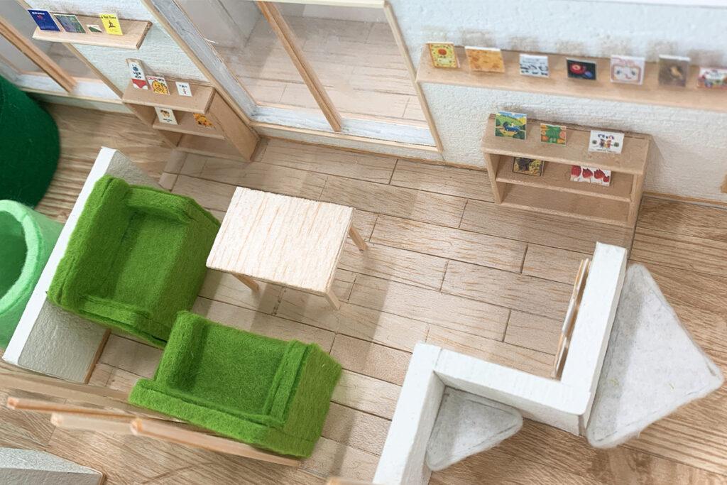 2F休憩スペース:2F南側にある親向けの休憩スペースです。親同士コミュニティの場所として利用できます。また、すぐに子どもの居場所が分かるように腰壁の高さを工夫しました。