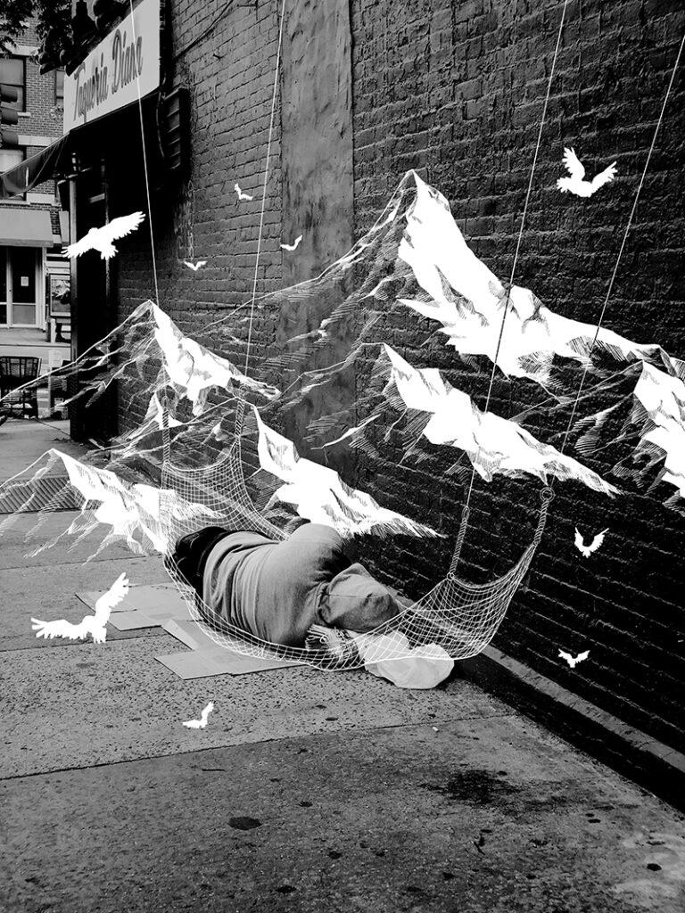 夢に見ている風景を現実に。 路上に寝ているホームレスが見ている綺麗な山の夢を、現実でかなえられるようなゆとりのある社会を願って描きました。