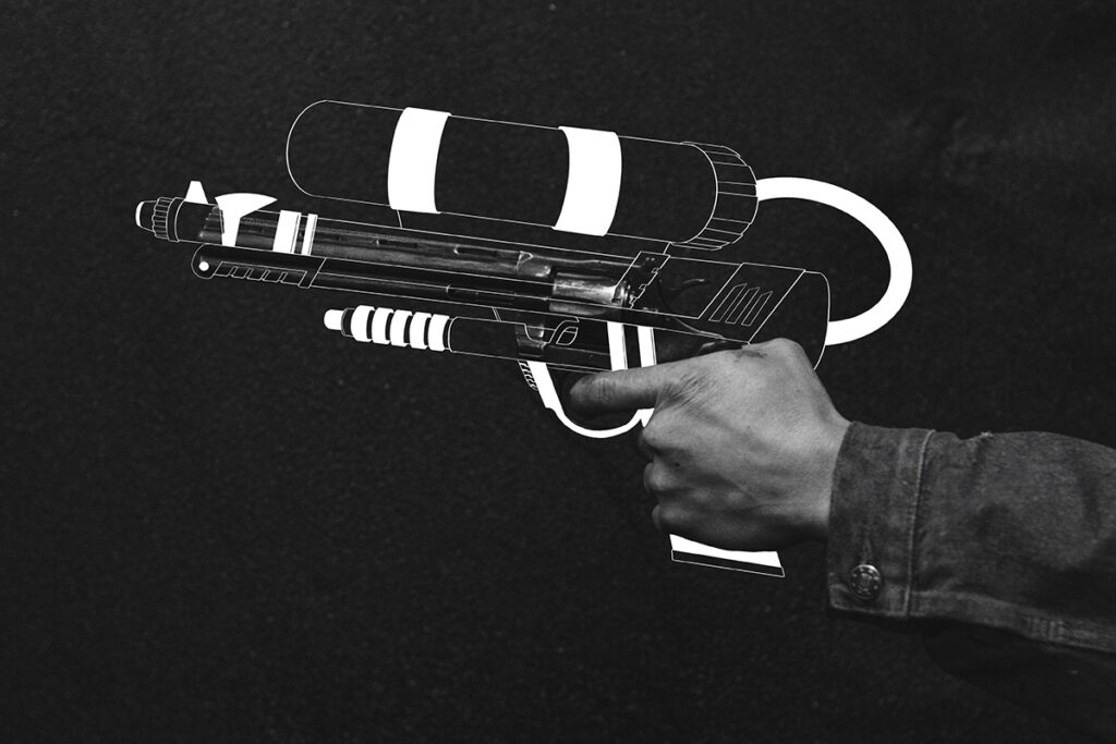 傷つけるためでなく笑顔を作るために。 人を傷つけるための拳銃から人を笑顔にする水鉄砲を握るような世の中へ、それを願って描きました。