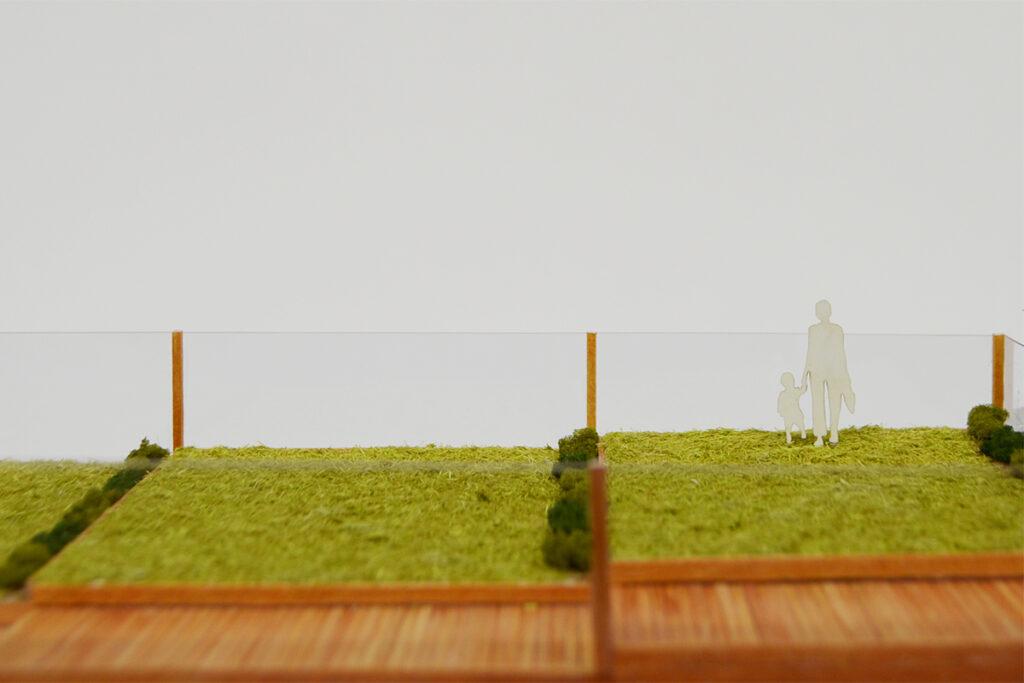 環境面や興津駅に特徴を持たせる目的から、屋上緑化を計画。 屋上に登ると北側は線路を走る電車、南側は興津の古い町並みが見える想定。 シンプルな空間にしたので、屋上を貸出してイベントを開くこともできる。
