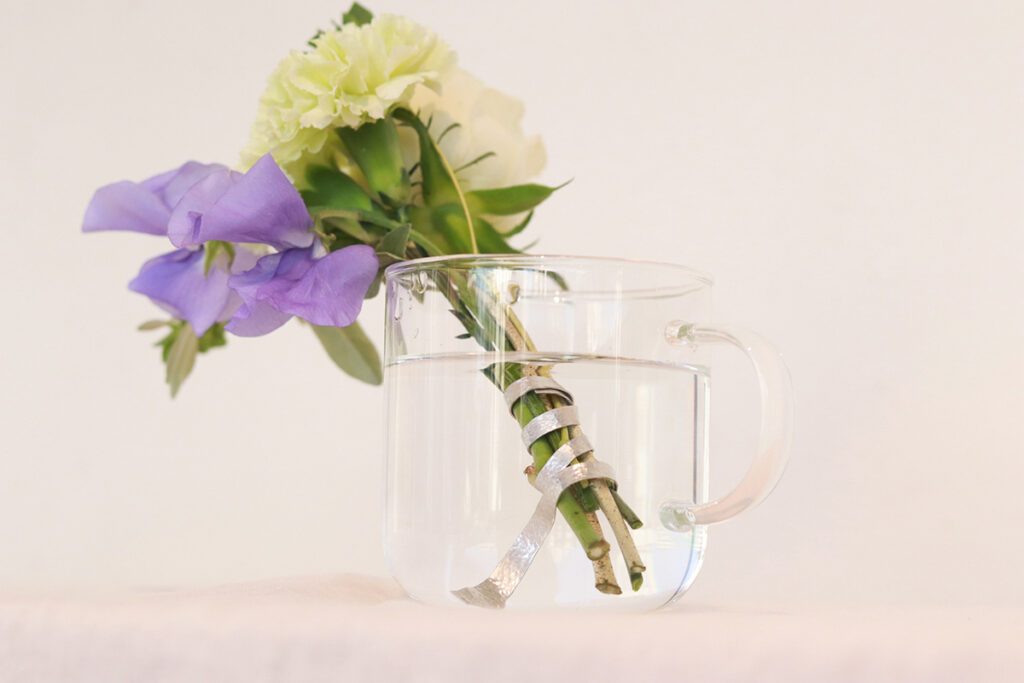 花を優しく束ね、金属イオンで水の汚れを抑えます