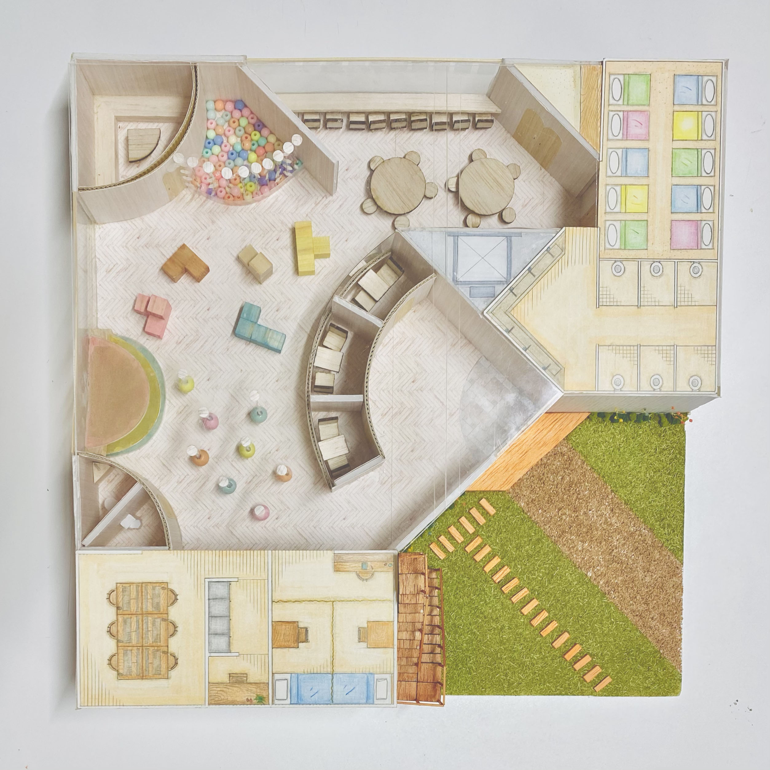 遊びながら体幹と五感を刺激するトレーニング遊具を1階ホールに設置。