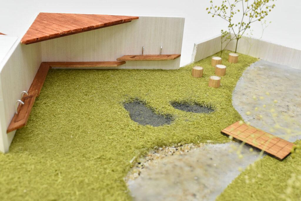 アプローチ脇にある階段を登ると、小川が流れ草木が茂る豊かな自然がある。