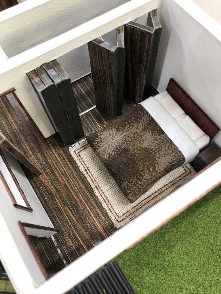 【主寝室】レタス室と廊下の両方から出入りが可能。レタス室の様子を眺められる窓がついている。