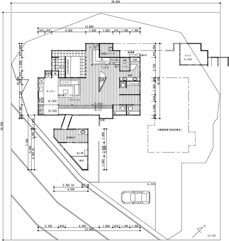 配置図兼平面図:玄関からキッチンまで広がる土間空間や最小限まで壁を減らした平面計画で非日常感を。