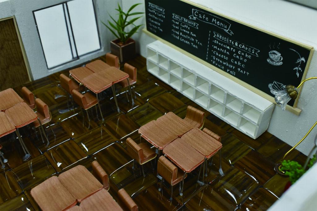 カフェ空間は黒板、ランドセルロッカー、掲示板、机と椅子など小学校にある設備を再利用してインテリアに生かしています。