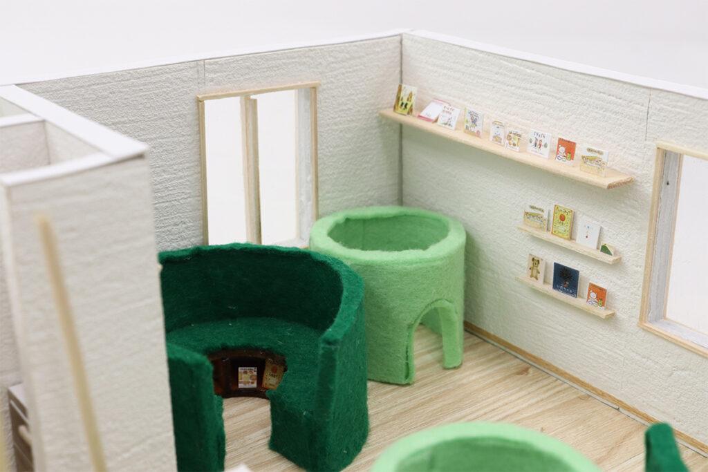 2Fまるーむ:2F1f東側の部屋には、まるをモチーフにした創作椅子を作り置きました。椅子にもなり、背もたれにもなり、本の収納にも利用することができます。