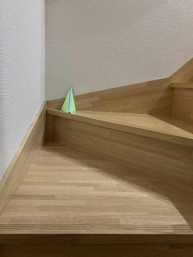 階段に置いているシーンです。暗闇では特に危険な階段周りを照らすことで転落や転倒などによる怪我を防ぎます。