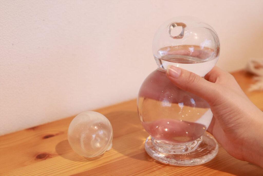 大きめのつかみやすいキャップと持った時のフィット感あるガラスボトルに。美しいフォルムに使いやすさを共存させた。